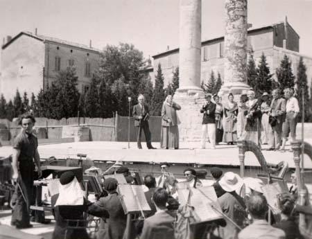 H. Tomasi en Arles (répétition de l'Arlésienne) - 1942