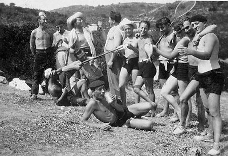 Partie de pêche à St-Florent (Corse) - 1930 H. Tomasi tient une épuisette et son épouse un poisson